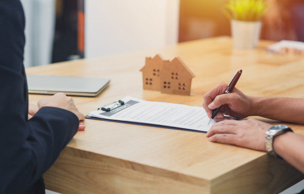 WeWrite Blog De Communique De Presse Immobilier Close Up Part Signer Signature Papier Contrat Maison Agence Immobiliere Vente Maison 56587 567